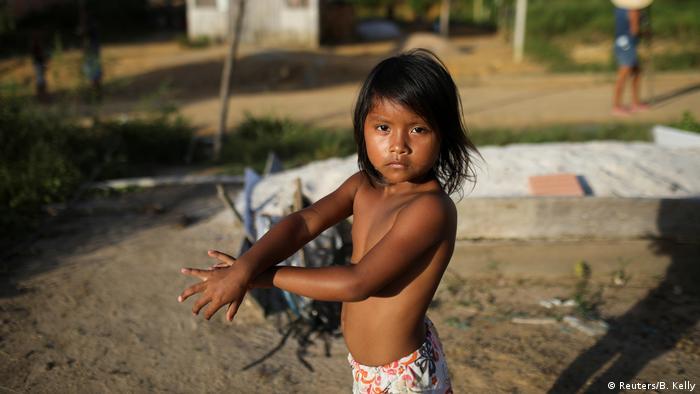 Criança indígena em aldeia perto de Manaus