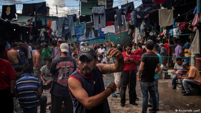 Reclusos hondureños sufren por el hacinamiento en las cárceles del país.