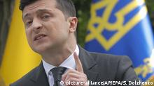 Volodymyr Zelenskiy gestures during a press conference (picture-alliance/AP/EPA/S. Dolzhenko)