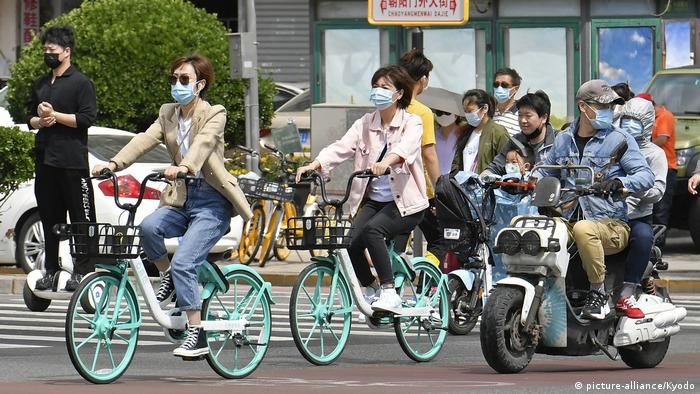 China Peking Fahrradfahrer mit Mundschutz