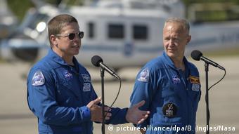 Американські астронавти поруч з кораблем Дракон, квітень 2020 року