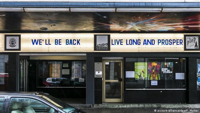 Wir kommen wieder, stand im März an der Fassade des Studio-Filmtheaters in Kiel