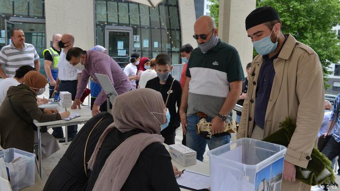 Camiye gelenlerin iletişim bilgileri kaydediliyor