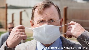 Премьер-министр Тюрингии Бодо Рамелов в медицинской маске
