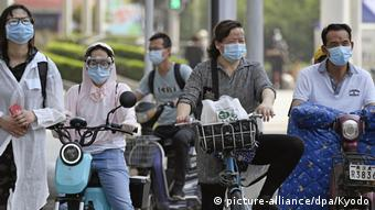 Люди в масках на улицах города Уханя, 23 мая 2020 года