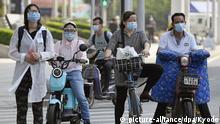 China Wuhan Menschen mit Mundschutz auf den Straßen