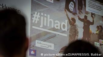 Deutschland München   Plakat des Bayerischen Netzwerks für Prävention und Deradikalisierung gegen Salafismus