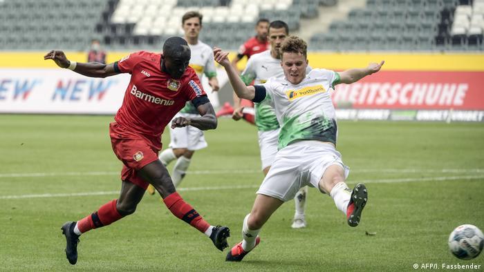 Moussa Diaby (izq.): una pesadilla para el rival, por ambas bandas