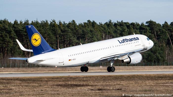 La compañía aérea Lufthansa y el gobierno alemán acordaron un plan de salvación de 9.000 millones de euros que convertirá al Estado en el principal accionista del grupo con 20% del capital. A cambio, Lufthansa se compromete a cumplir determinados objetivos de sostenibilidad al renovar su flota de aviones y limitar las remuneraciones para la junta directiva y otros ejecutivos (25.05.2020).