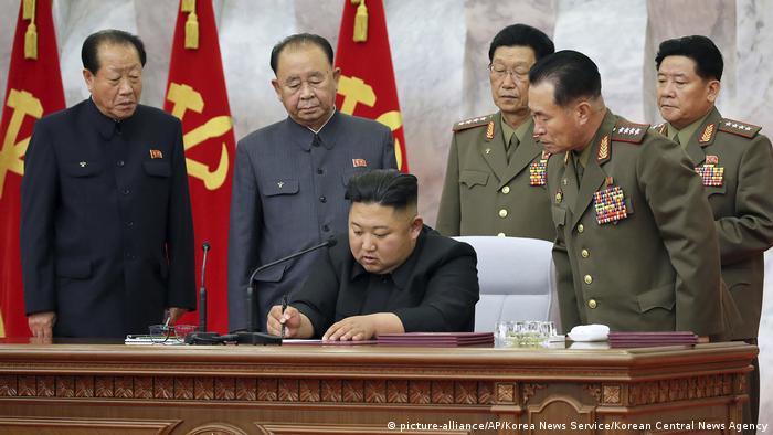 Foto de Kim Jong-un con autoridades militares