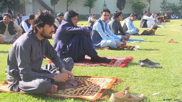 Afghans pray outside due to the coronavirus pandemic (DW/F. Zaher)