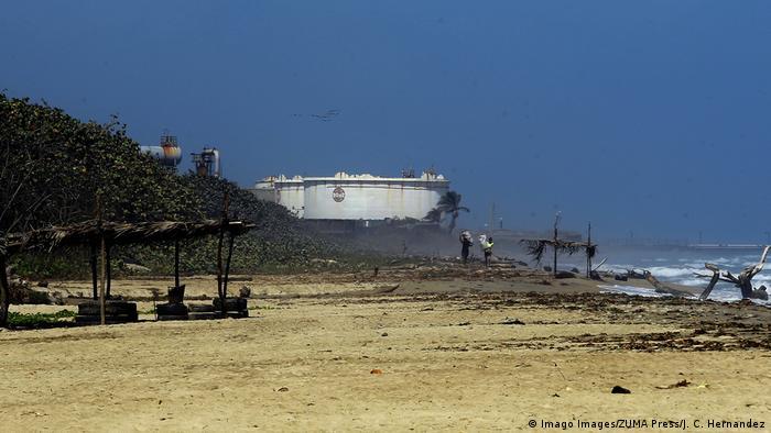 Deficiencias y falta de mantenimiento en la alicaída industria petrolera venezolana amenazan con nuevos desastres ambientales.