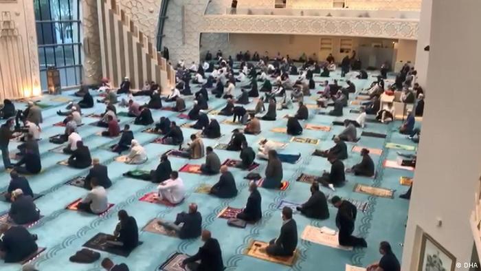برخی از مسلمانان نیز ترجیح داده اند که نماز عید را در خانه بمانند و به تنهایی یا با اعضای خانواده خود ادای نماز کنند.