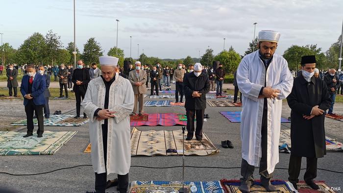 پوشیدن ماسک در فضای باز اجباری نیست، اما باآنهم بسیاری نمازگذاران ماسک حفاطت تنفسی پوشیده بودند.