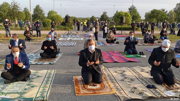بسیاری از مسلمانان در آلمان نماز عید را در فضاهای باز مثل پارکینگ ها و یا زمین های فوتبال برگزار کردند تا از گسترش بیشتر ویروس کرونا جلوگیری شود.
