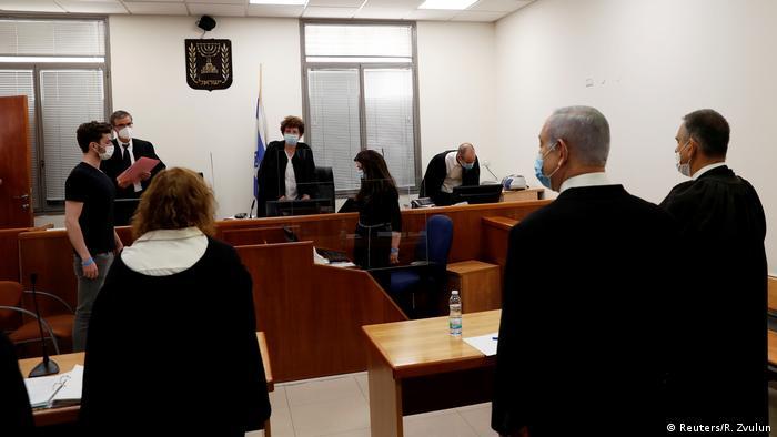 رئيس الوزراء الاسرائيلي بنيامين نتانياهو يقف أمام المحكمة يوم 25 أيار/ مايو 2020