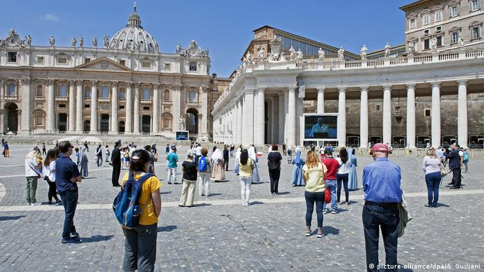 aithful attend Pope Francis' live streamed Angelus prayer on Saint Peter's square (picture-alliance/dpa/A. Guiliani)