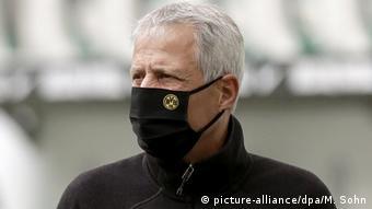 Тренер Боруссии Люсьен Фавр в маске