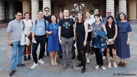 ১৬টি ডিজিটাল মিডিয়া স্টার্টআপের একটি দল গণমাধ্যমের কার্যকারিতা নিয়ে কাজ করছে। (DW Akademie)