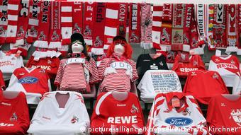 На креслах на трибунах стадиона разложены футболки клуба Кёльн