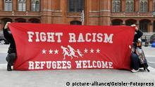 Tausende demonstrieren bei Aktionstag für humane Flüchtlingspolitik - Tausende Menschen gehen bei europaweitem Aktionstag der «Seebrücken»-Bewegung in Deutschland auf die Straße. Demonstration und Kundgebung für eine Evakuierung der Flüchtlingslager in Griechenland vor dem Roten Rathaus. Berlin, 24.05.2020 | Verwendung weltweit
