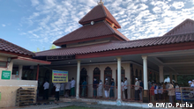 Hundreds of worshipers perform Eid prayer at Al-Furqaan Mosque, Bekasi, West Java, Sunday (24/05). This mosque is in a green zone area, which allowed to open for Eid prayer but with strict health protocols. Credit : DW/Dani Purba