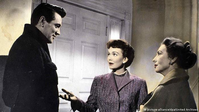 Was Der Himmel Erlaubt Filmstill - Szeme mit zwei Frauen und einem Mann im Gespräch (picture-alliance/dpa/United Archives)