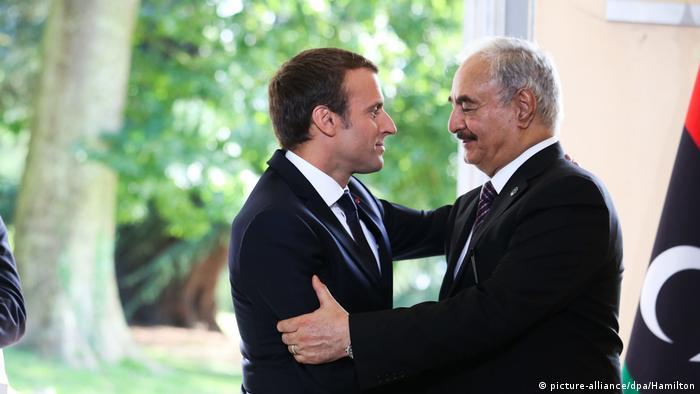 Abrazo fraternal entre Jalifa Hafter y Emmanuel Macron.