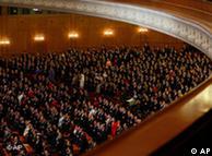 2010年3月14日中国人大会议闭幕,代表们起立高唱国歌