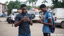 Nigeria Lagos junge Männer mit Smartphones