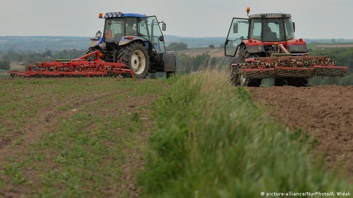 Rolnicy pracują na swoich polach w okolicach Nouveau w Polsce