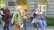 Vor dem Gerichtsgebäude in Sankt-Petersburg, Russland,'bei dem 'Set Prozess, vorne - Eltern des Angeklagten Julij Bojarschinow.