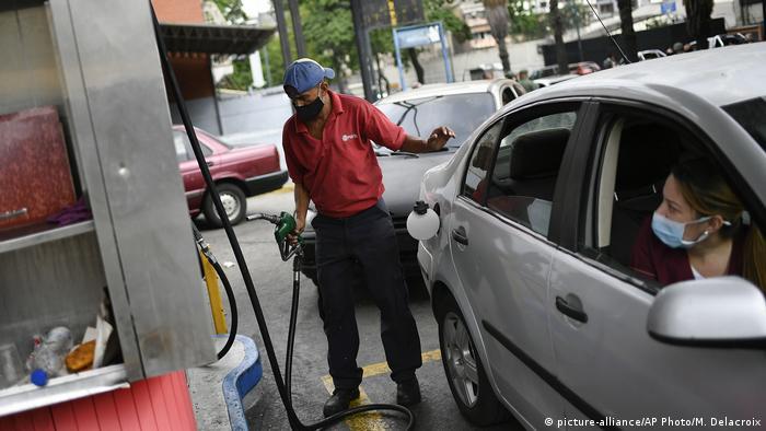 Foto de una persona en Venezuela en una gasolinera con mascarilla