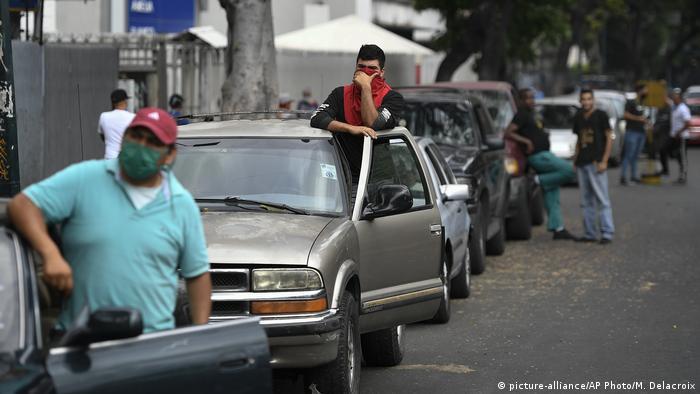 صفهای طولانی برای دریافت بنزین در ونزوئلا