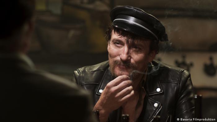 Filmstill Enfant Terrible - Szene mit Fassbinder-Darsteller Oliver Masucci (Bavaria Filmproduktion)