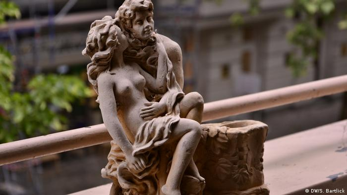 Statue of lovers in an embrace
