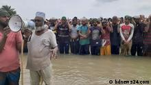 picture : Eid prayer at koyra, Khulna Description: Cyclone Ampan broke the dam and flooded a large area of Koyra upazila of Khulna, Bangladesh. Thousands of people of the upazila have offered Eid prayers on their knees on this dam.This picture sent by our content partner bdnews24.com. We can use it. Please send this to CMS. Zulieferung durch Shamima Nasrin