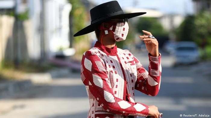 O influenciadora de moda nigeriana Angel Obasi mostra sua máscara vermelha e branca