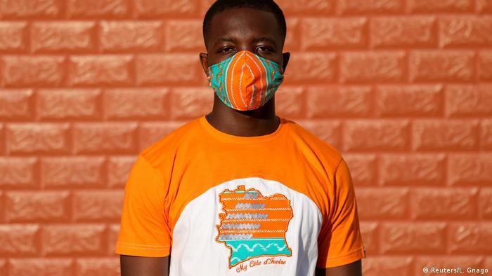 O designer Arthur Bella N'guessan usa máscara e camiseta condizentes