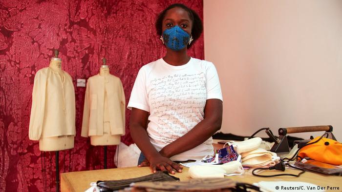 A designer Sophie Zinga em sua oficina em Dacar, capital do Senegal
