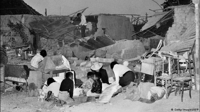 Para penyintas harus menetap sementara di beberapa ruang kosong di antara reruntuhan.