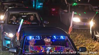 Χορός και τραγούδι μέσα στο αυτοκίνητο, η αποβίβαση δεν επιτρέπεται