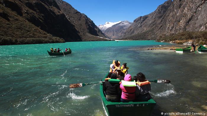 Al pie de la cara norte del Huascarán y sobre la nueva Yungay, se halla la Laguna de Llanganuco.