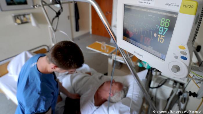 Schlaganfallpatient Messinstrumente Pfleger (picture-alliance/dpa/A. Warmuth)