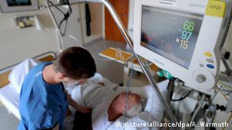 Schlaganfallpatient Messinstrumente Pfleger (picture-alliance/dpa/A. Warmuth)