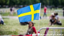 A Sweden flag tied to a fence in a park (picture-alliance/Zuma/S. Babbar)