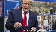 Präsident Donald Trump hält seine schützende Gesichtsmaske