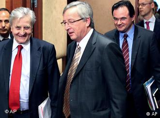 L'eurogroupeGreek Finance Minister Giorgos Papakonstantinou, right, walks behind Luxembourg's Prime Minister and Chairman of the Eurogroup Jean Claude Juncker, center, and the President of the European Central Bank Jean-Claude Trichet as they arrive for a Eurogroup meeting in Brussels, Monday, March 15, 2010. Eurozone finance ministers meet to check whether Greece's austerity program goes far enough to reduce its massive deficit, amid talk that they are preparing a rescue package for the country if it can't borrow from wary bond markets. (AP Photo/Geert Vanden Wijngaert)