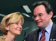 Ο υπ.  Οικονομικών Γ. Παπακωνσταντίνου με την Ισπανίδα υπ. Οικονομικών Ε.  Σαλγάδο στις Βρυξέλλες