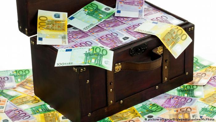 Eine grosse Truhe mit Euro Banknoten
